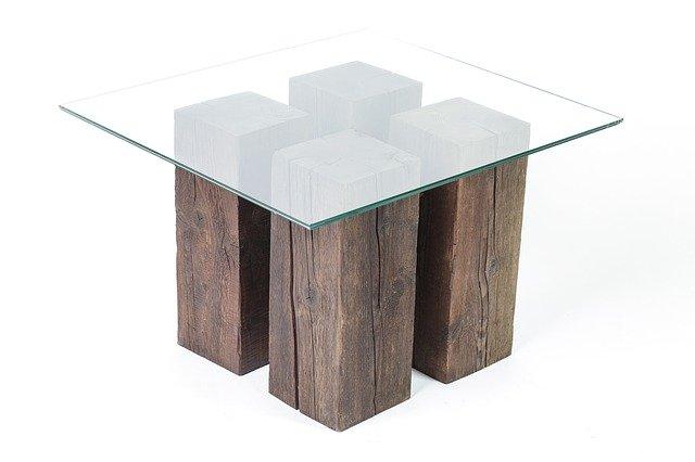 Table en bois brut et verre
