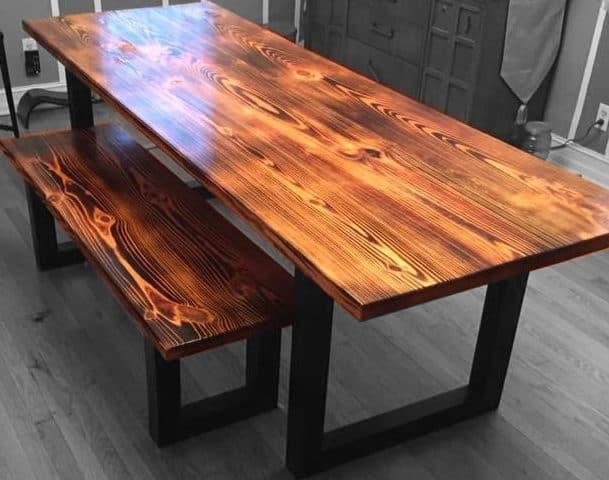 Table en bois torché